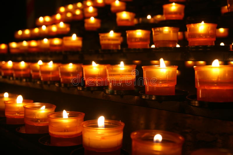 Rijen van kaarsen stock afbeeldingen