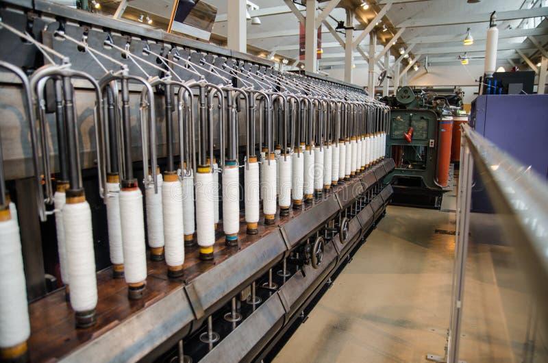 Rijen van katoenen draden op uitstekend automatisch weefgetouw stock afbeelding