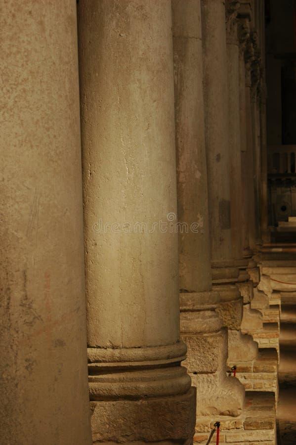 Rijen van kolommen in een roman basiliek royalty-vrije stock foto's