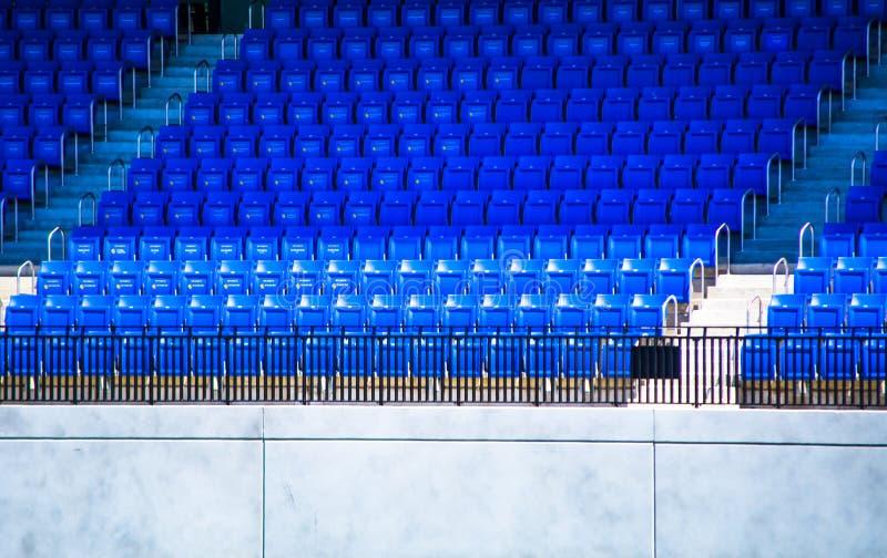 Rijen van lege blauwe zetels in een sportenstadion royalty-vrije stock afbeelding