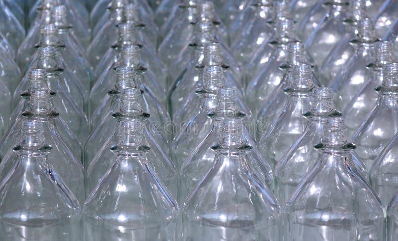 Rijen van lege glazen flessen stock afbeelding