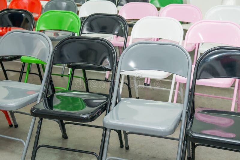 Rijen van lege veelkleurige zetels, stoelen in auditorium, zaal, klaslokaal Conferentiezaal of seminarieruimte Selectieve nadruk royalty-vrije stock afbeeldingen
