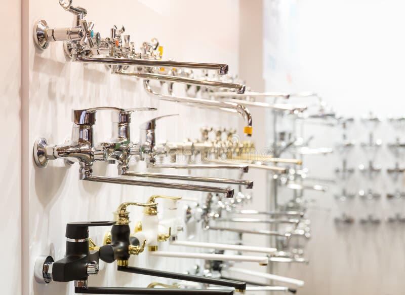Rijen van nieuwe tapkranen voor badkamers in loodgieterswerkwinkel royalty-vrije stock afbeelding