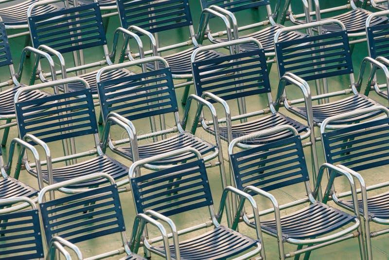 Download Rijen Van Openluchtstaalstoelen Stock Afbeelding - Afbeelding bestaande uit concept, vergadering: 29503943