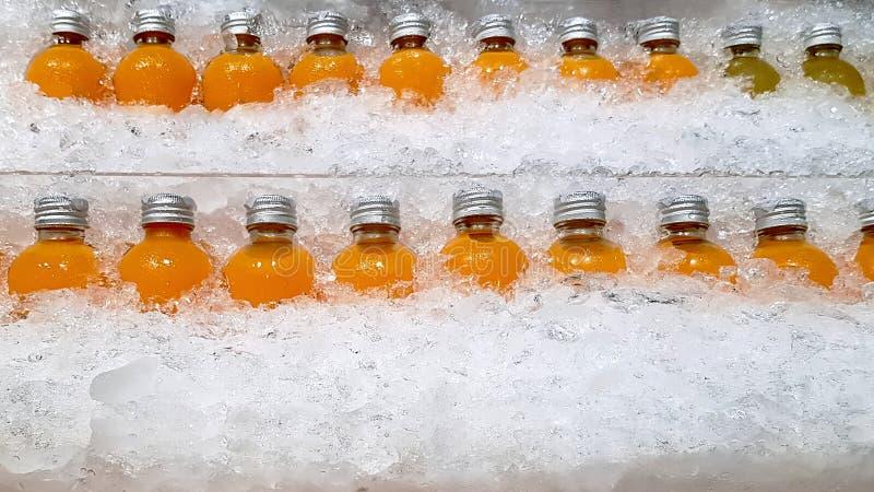 Rijen van Oranje Juice Bottles in Stapel van Ijs royalty-vrije stock foto's