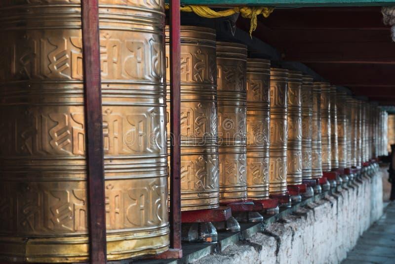 Rijen van oude traditionele gouden wielen van tibetan tempel stock foto's