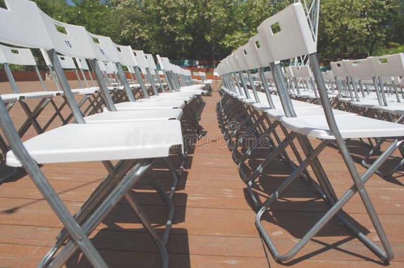 Rijen van plastic stoelen stock fotografie