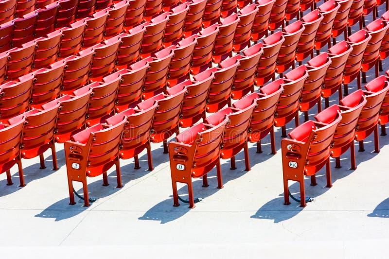 Rijen van rode plastic zetels stock afbeeldingen