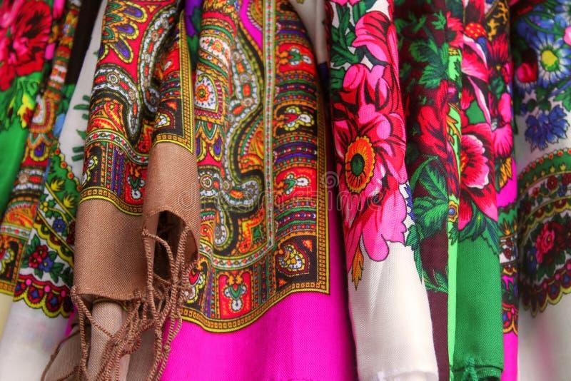 Rijen van traditionele Russische colorfull headscarfs in de markt stock fotografie
