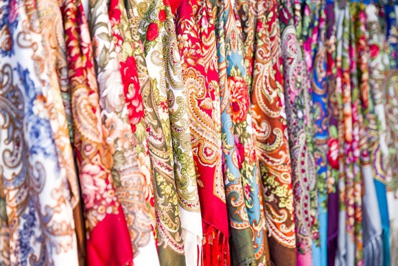 Rijen van Traditionele Russische Colorfull Headscarfs Populaire Russische herinnering stock foto