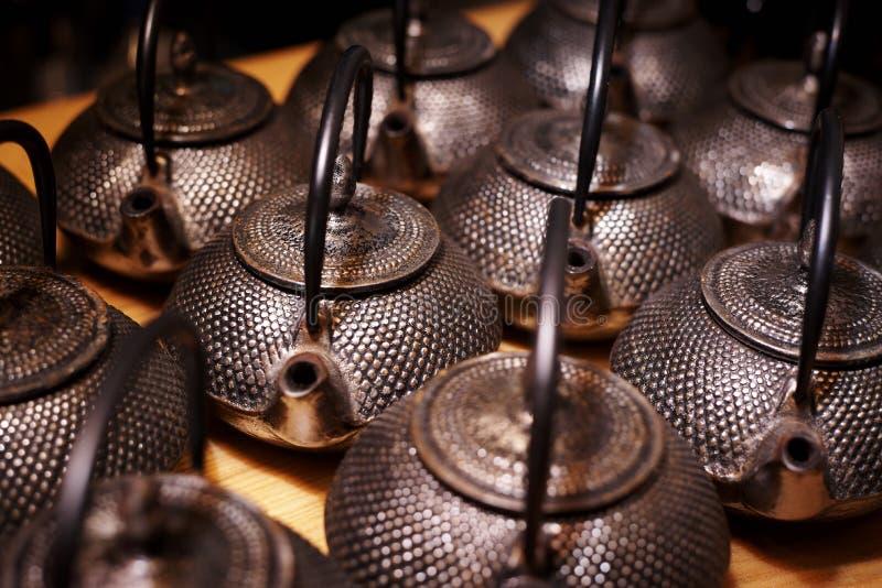 Rijen van traditionele theepotten stock afbeeldingen