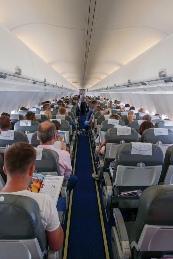 Rijen van zetels in het vliegtuig stock afbeelding