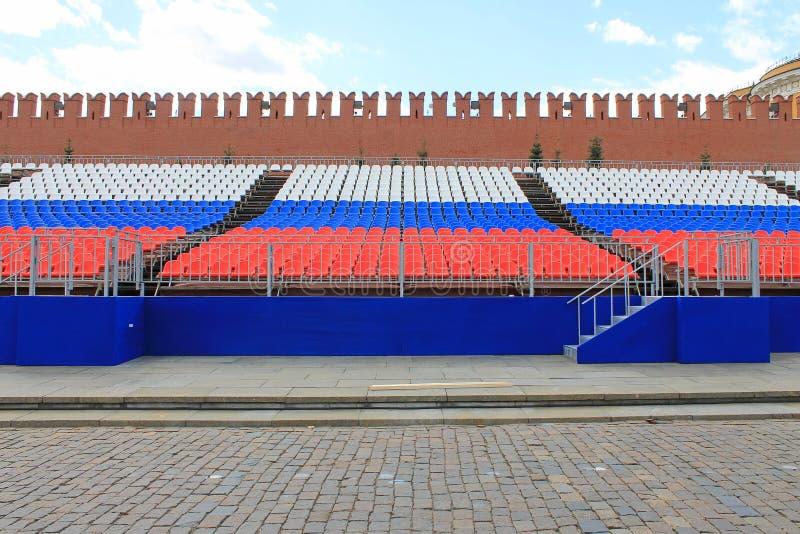 Rijen van zetels op rood vierkant in Moskou Rusland in de kleuren van de Russische vlag stock afbeelding