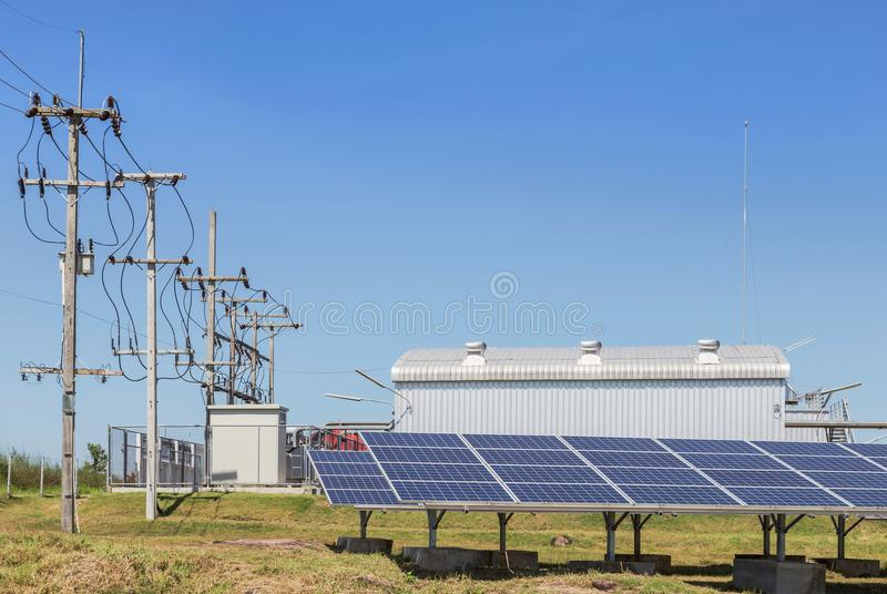 Rijenserie van polycrystalline siliciumzonnecellen of photovoltaics in zonneelektrische centrale stock foto