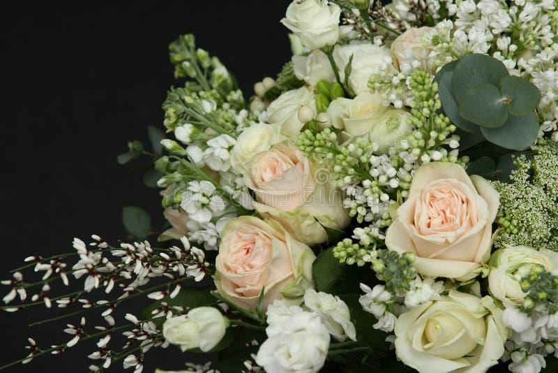 Rijk boeket van verse rozen stock foto's
