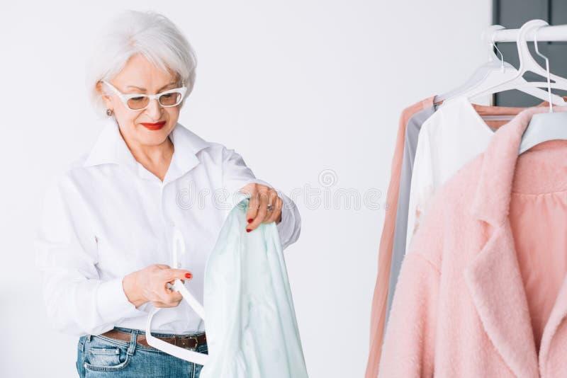 Rijke hogere damegarderobe het winkelen vrije tijd stock foto's