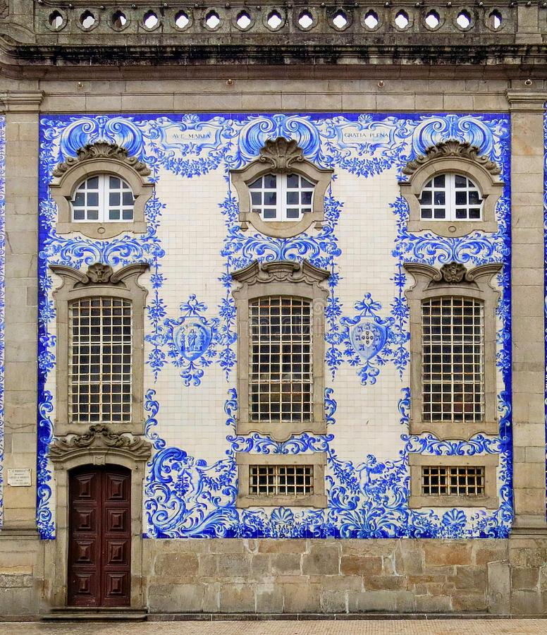 Rijke huisvoorgevel in Porto, Portugal.