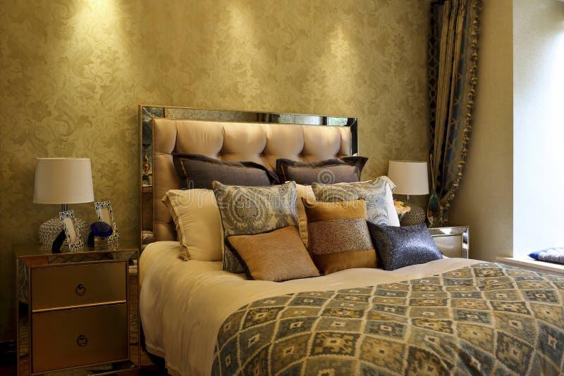 Rijke kleuren zachte decoratie in de slaapkamer royalty-vrije stock afbeelding
