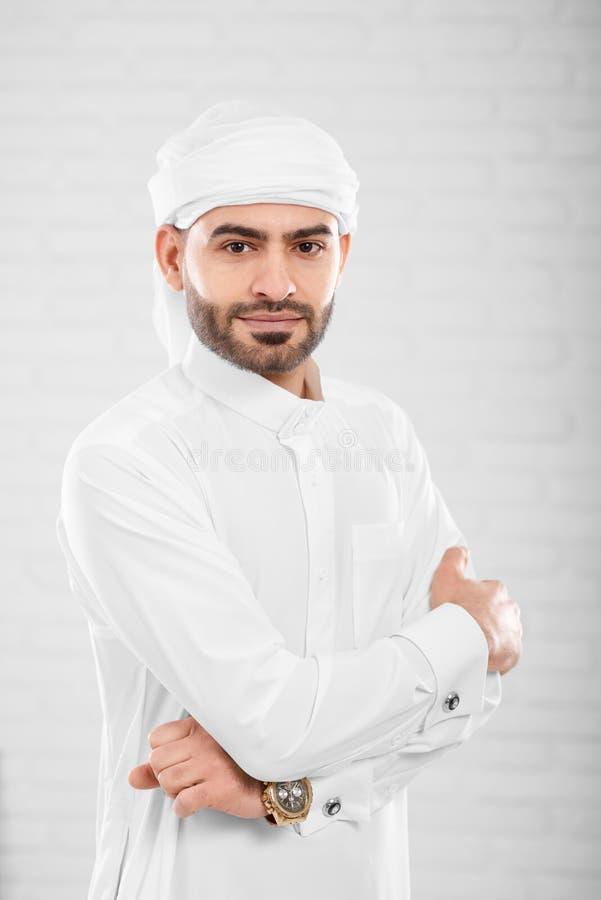 Rijke rijke knappe succesvolle moslimmens in het traditionele Islamitische kleding stellen stock afbeeldingen