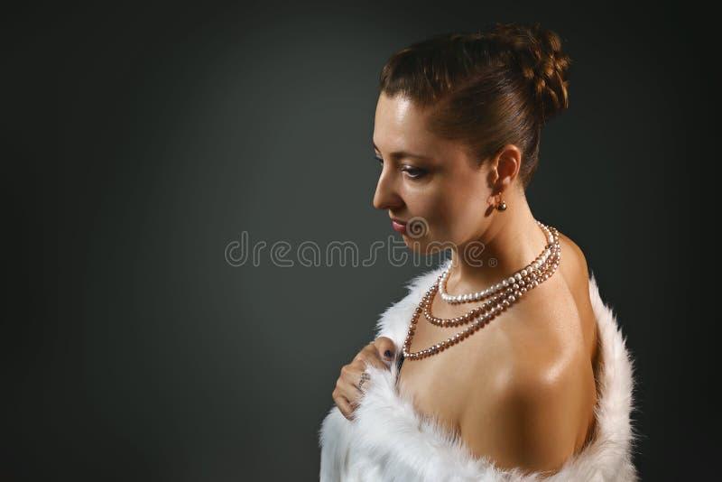 Rijke levensstijl Mooie seksuele vrouw die juwelen en de witte Schoonheid van het bontvest, manier dragen royalty-vrije stock afbeeldingen