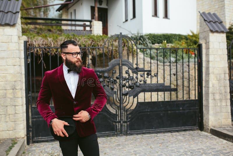 Rijke man met een baard, die over zaken denken stock afbeeldingen