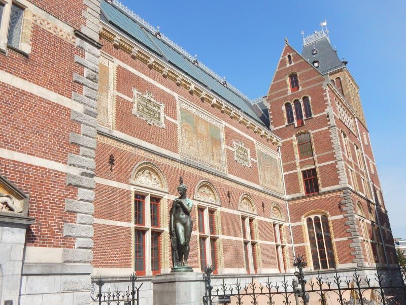 Rijksmuseum Amsterdam, statligt museum för medborgare, bakbyggnad med skulptur och tegelstentegelplattor fotografering för bildbyråer