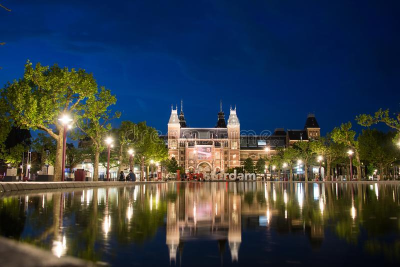 Rijksmuseum com civis e uma cena bonita da noite foto de stock royalty free