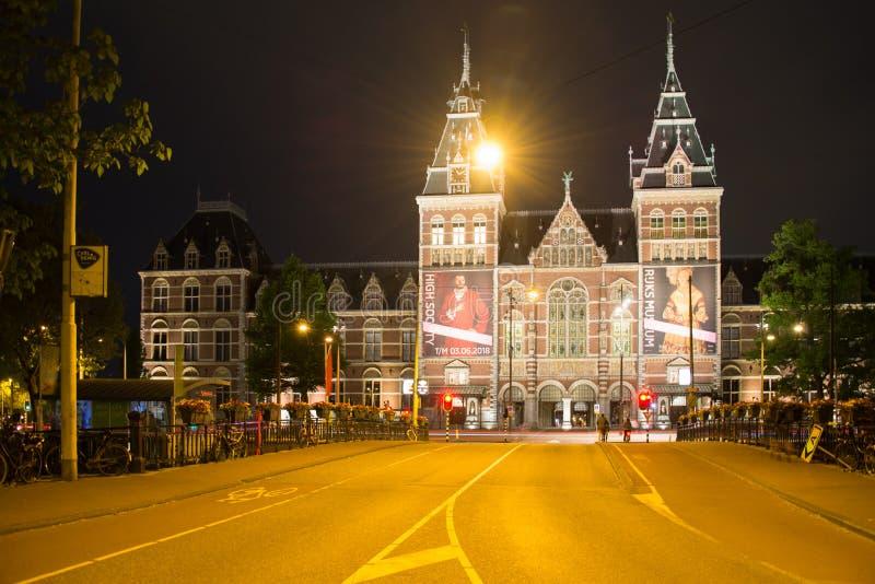 Rijksmuseum com civis e uma cena bonita da noite fotografia de stock royalty free