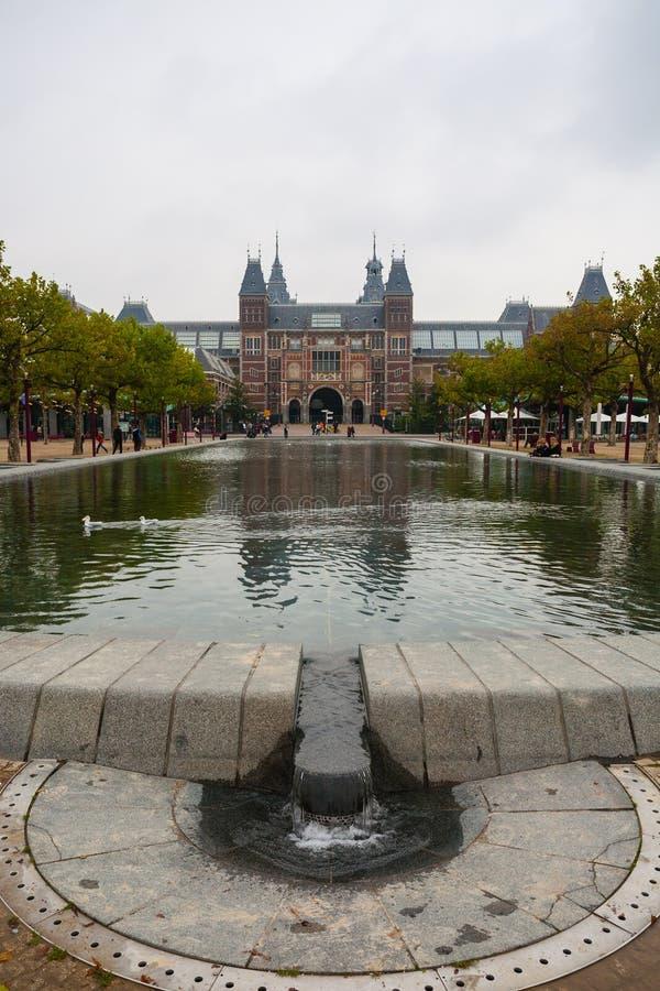 Rijksmuseum-Fassadenpark- und -poolvertikalenansicht lizenzfreie stockfotos
