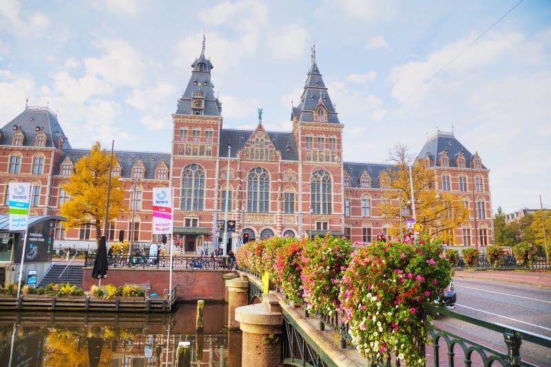 Rijksmuseum met mensen in Amsterdam, Nederland royalty-vrije stock foto