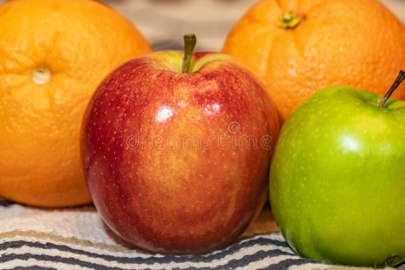 Rijp fruit op doek stock foto's