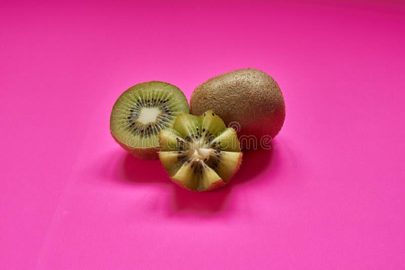 Rijp geheel ge?soleerd kiwifruit en half kiwifruit stock foto