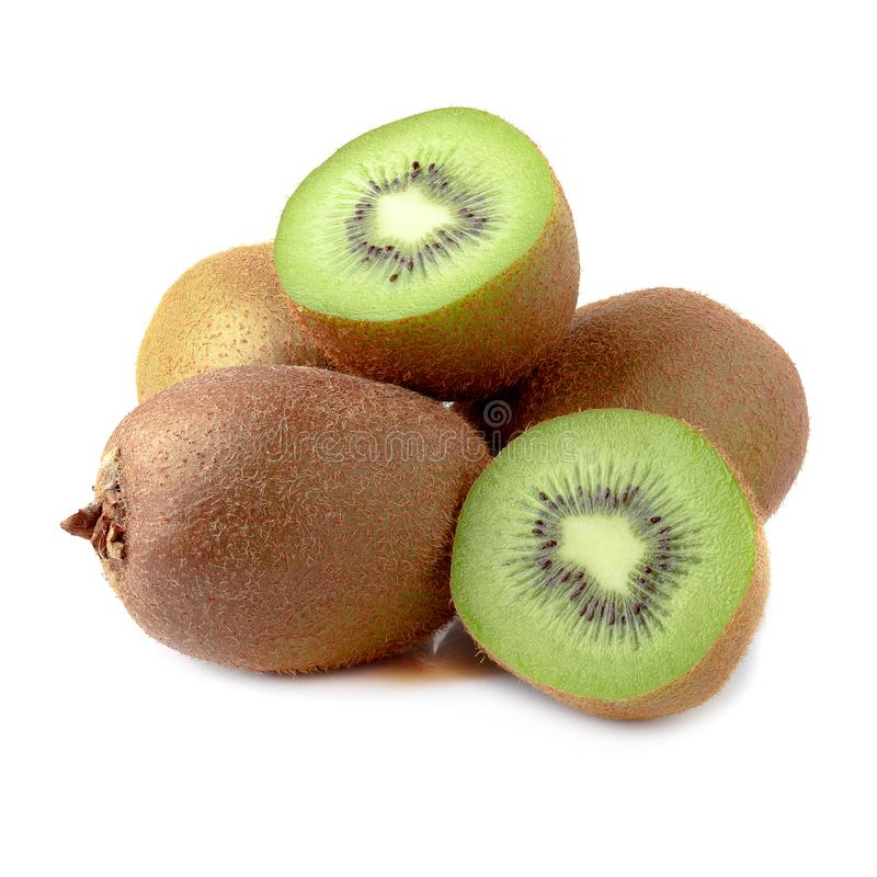 Rijp geheel kiwifruit en half die kiwifruit op witte achtergrond wordt ge?soleerd stock afbeeldingen