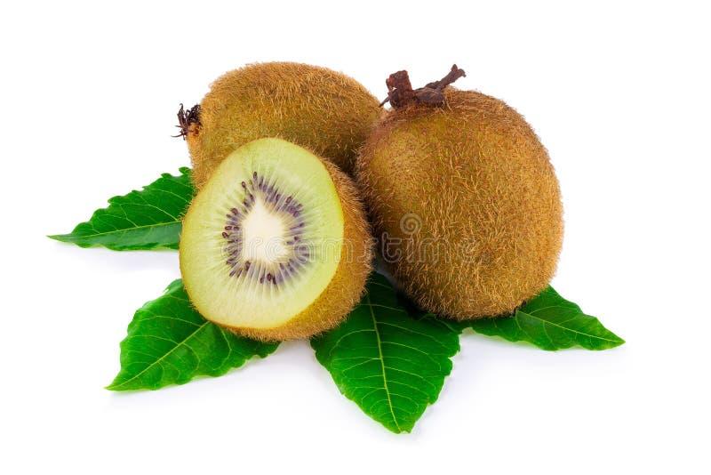 Rijp geheel kiwifruit en half die kiwifruit op witte rug wordt geïsoleerd royalty-vrije stock foto