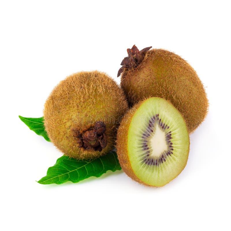 Rijp geheel kiwifruit en half die kiwifruit op witte rug wordt geïsoleerd royalty-vrije stock fotografie