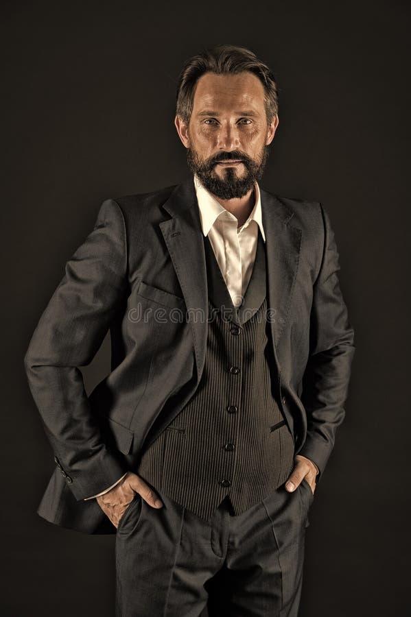 Rijp gekregen stijl Greep van het zakenman dient de klassieke formele kostuum zak in De bedrijfsmensen kiezen formele kleding geh stock afbeeldingen