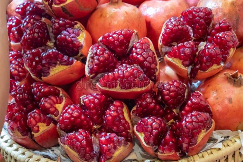 Rijp granaatappelfruit op bamboemand met heldere rode deliciou royalty-vrije stock fotografie