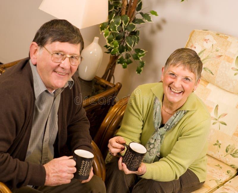 Rijp het oudere man en vrouwenpaar ontspannen stock afbeeldingen