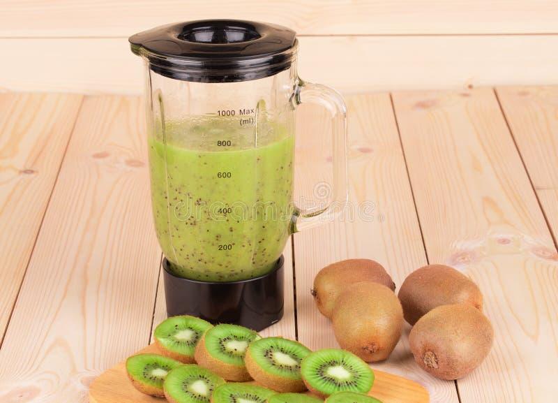 Rijp kiwi en mixerhoogtepunt van verse smoothie stock fotografie