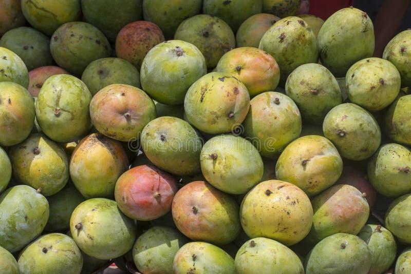 Rijp mangofruit op de lokale markt in Eiland Bali, Ubud, Indonesië, close-up royalty-vrije stock foto