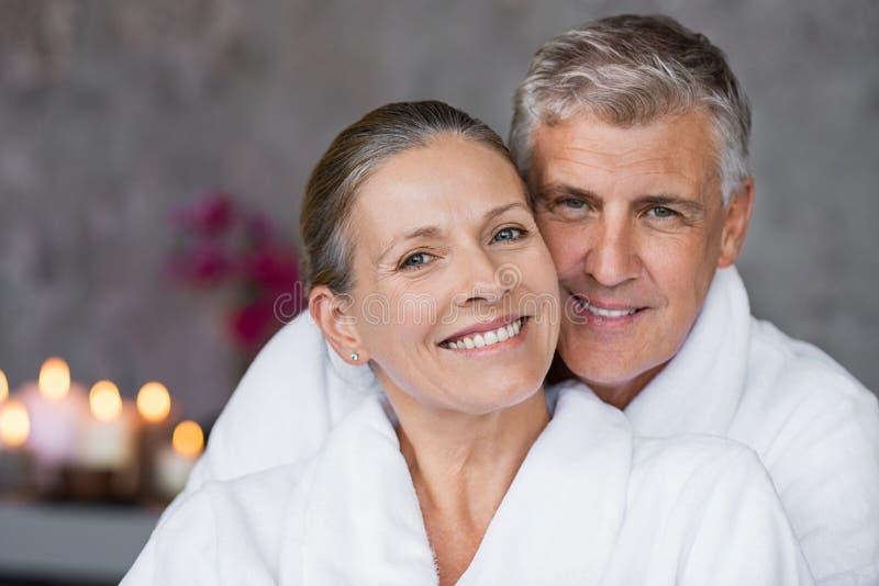 Rijp paar in badjas bij kuuroord royalty-vrije stock afbeeldingen