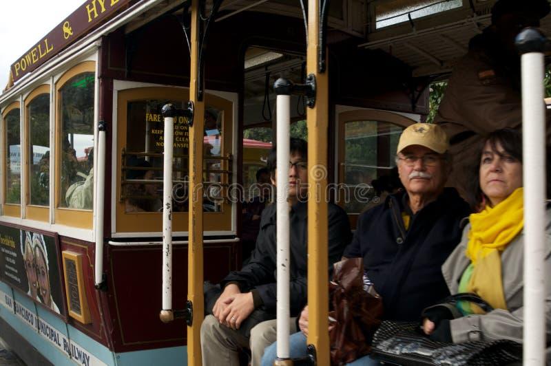 Rijp Paar dat een Kabelwagen berijdt royalty-vrije stock foto's