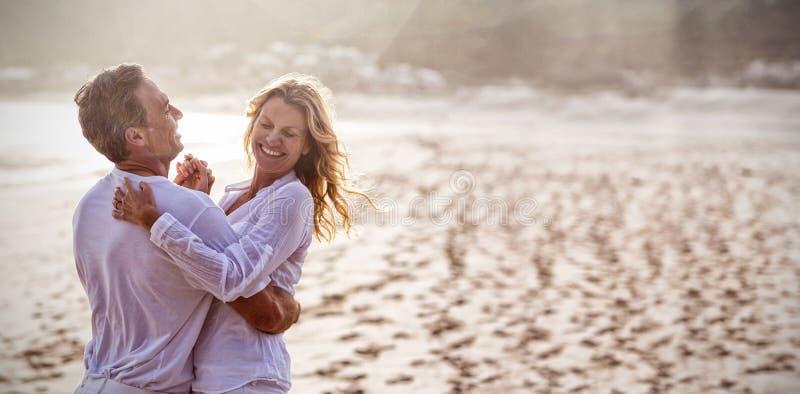 Rijp paar die pret hebben samen bij strand royalty-vrije stock afbeelding