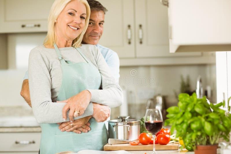 Rijp paar die vegetarische maaltijd samen voorbereiden royalty-vrije stock foto