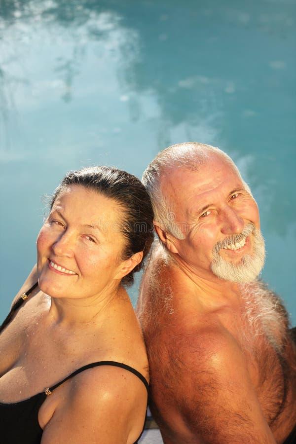 Rijp paar door de pool stock foto's