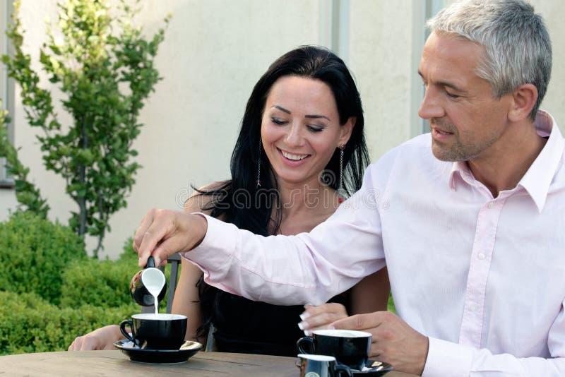 Rijp paar in koffie royalty-vrije stock foto's
