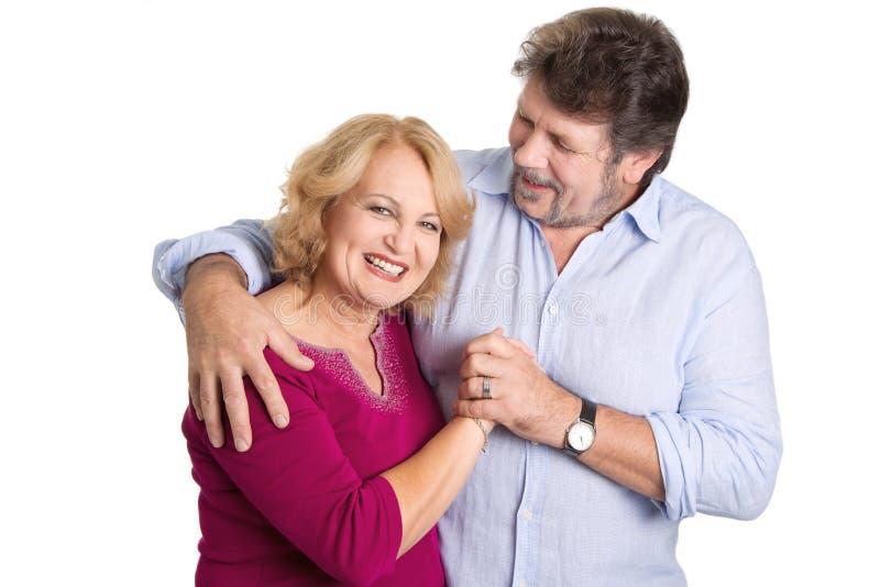 Rijp paar in liefde - man en vrouw die op witte backgrou wordt geïsoleerd stock afbeelding