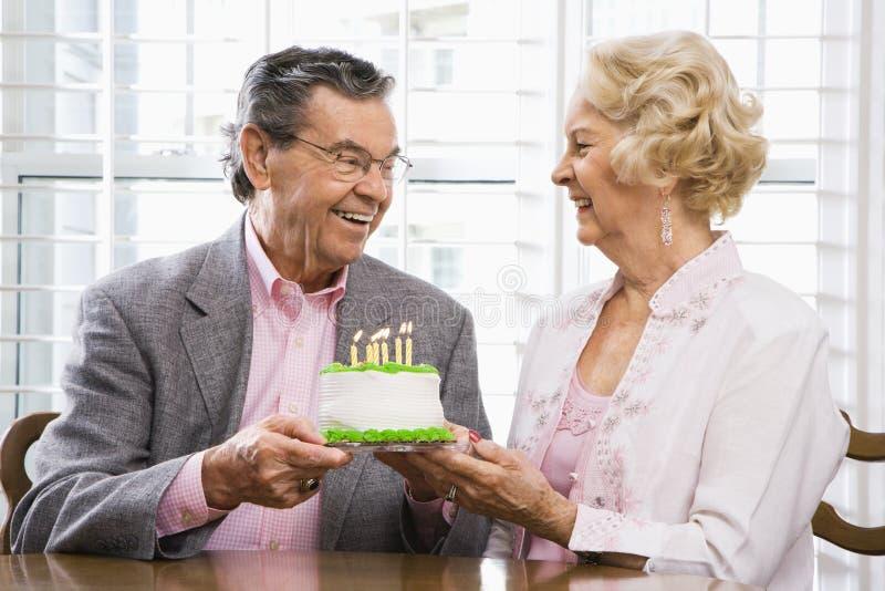 Rijp paar met cake. royalty-vrije stock fotografie