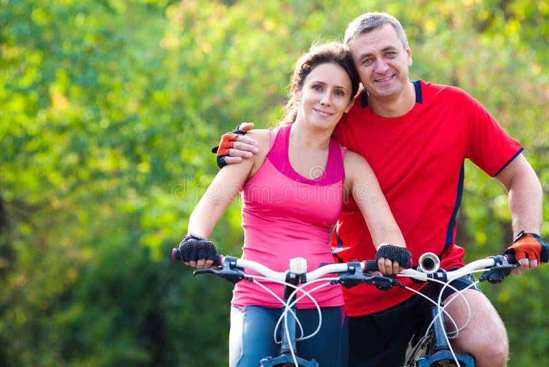 Rijp paar op fiets royalty-vrije stock foto