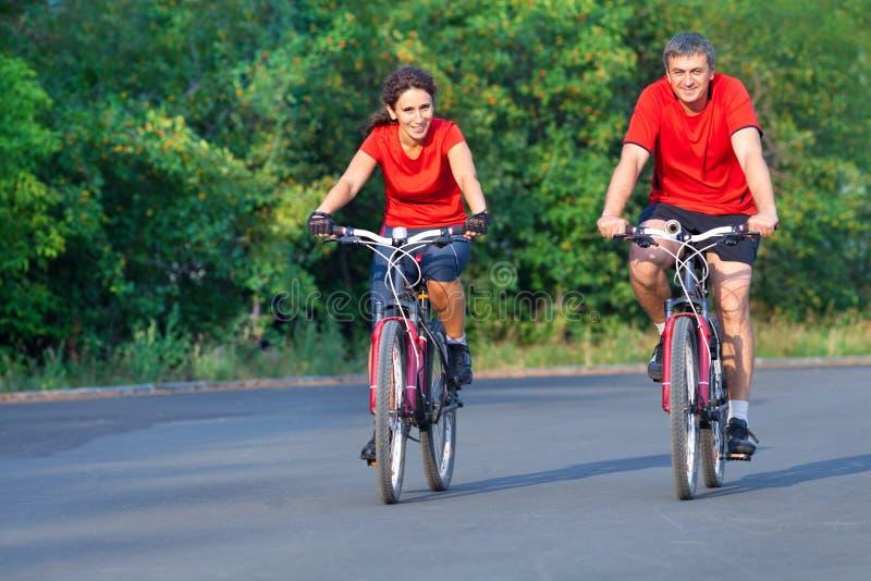 Rijp paar op fiets royalty-vrije stock afbeeldingen